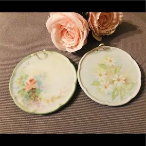 Vintage Pair of small decorative hanging plates